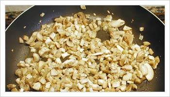 Separa i gambi dei funghi dalle teste, tagliali a pezzettini, e falli rosolare in una padella con un pò di burro